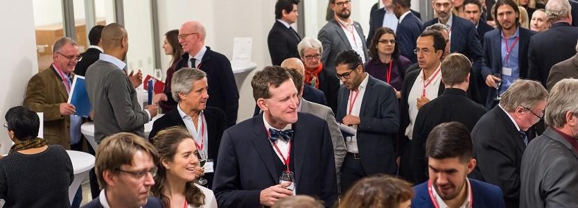 Networking: Vertreter deutscher Unternehmen und Besucher der UNHCR Konferenz im Gespräch