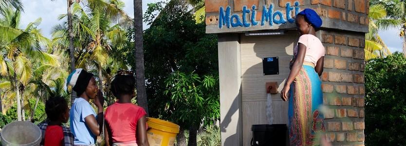 Frauen vor einer Zapfsäule des Mati Mati (Wasser Wasser) Projekts.