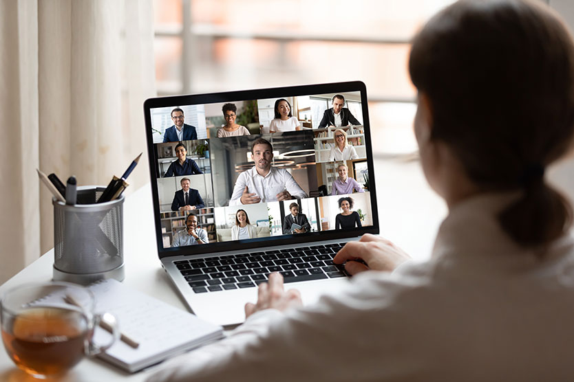Frau nimmt an Video-Konferenz teil