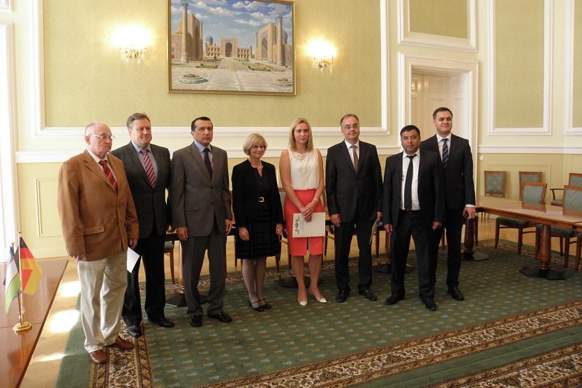 Feierliche Vertragsunterzeichnung in der Botschaft der Republik Usbekistan am 22. Juli 2016