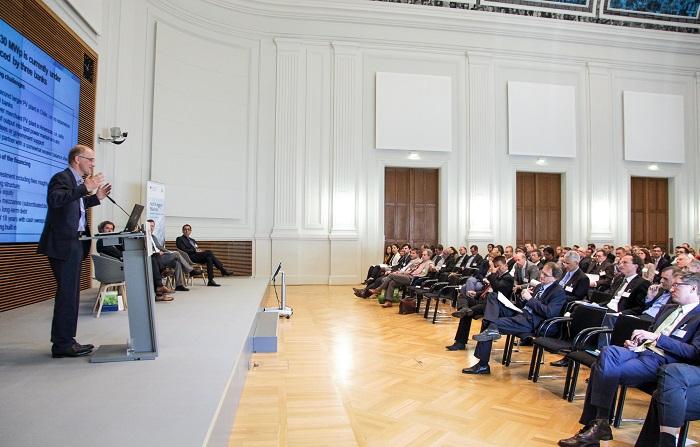 Veranstaltung im BMWi: Redner auf Bühne, Publikum