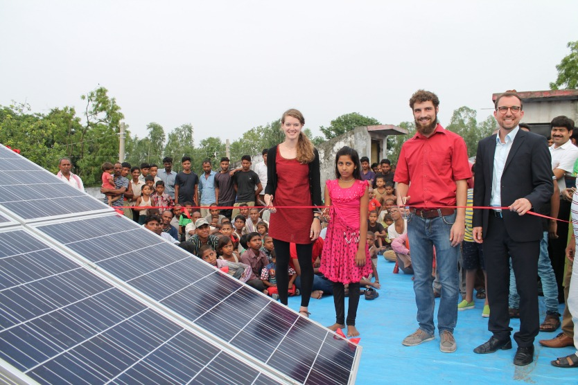 28 photovoltaic modules supply the mini-grid with electricity: Clementine Chambon (Oorja Development Solutions), villager from Sarvantara, Michael Schmid (BOS AG), Felix Schmid (dena) at the ceremonial opening.